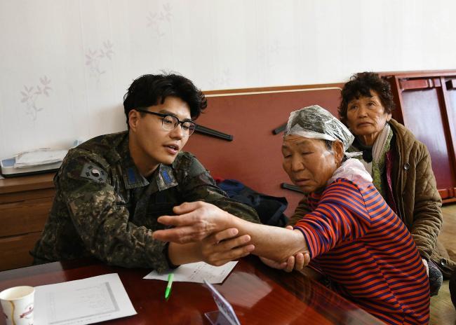 공군16전투비행단이 지난 3일 경북 상주시 회상2리 마을회관에서 의료 및 이·미용 봉사활동을 실시한 가운데 군의관이 의료 진료를 하고 있다. 사진 제공=양재성 일병
