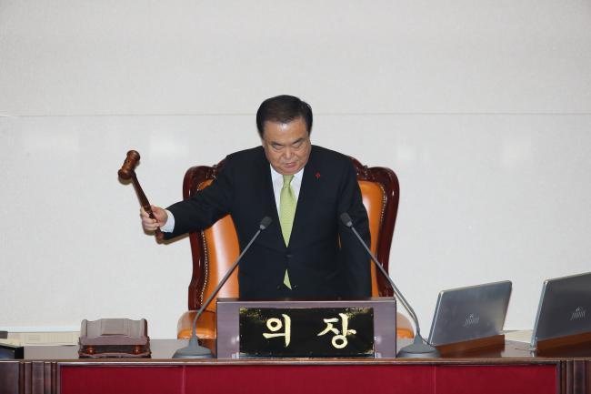 문희상 국회의장이 10일 저녁 국회 본회의에서 2020년 예산안을 가결하고 있다. 연합뉴스
