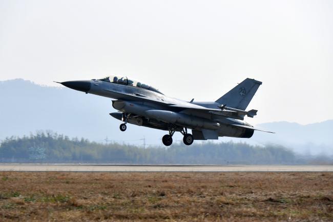 공군이 지난 6일부터 오는 12일까지 1전투비행단에서 소링 이글(Soaring Eagle) 훈련을 실시 중인 가운데 9일 KF-16 전투기가 훈련을 위해 이륙하고 있다.  사진 제공=서진철 상사