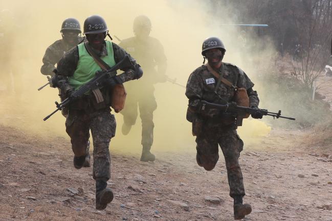 훈련병들이 목표 상에 있는 적 진지를 향해 돌격하고 있다. 사진=한재호 기자