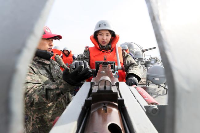 해군2함대 고속정 기동훈련체험서 임미소 홍보위원이 K6 중기관총 사격법을 배우고있다. 한재호 기자