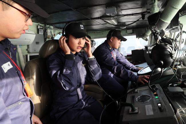 해군2함대 고속정 기동훈련체험서 임미소 홍보위원이 참수리 323정 조타실에서 해상기동침로를 설정하고 있다. 한재호 기자