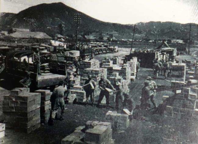 1970년대 보급 물자를 적송 중인 장병들의 모습.  부대 제공