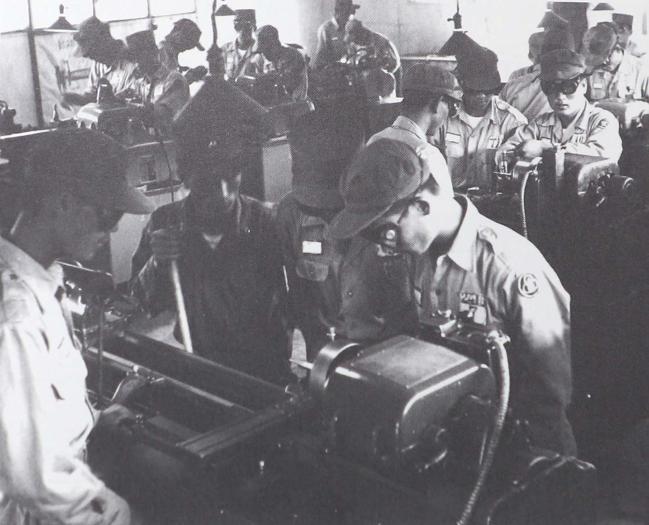 1980년대 기계공작 기술을 배우고 있는 장병들.   부대 제공