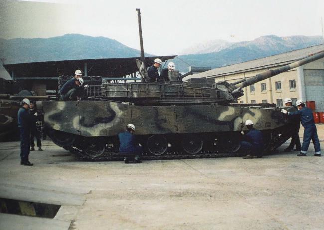 K-1 전차를 정비하는 군수사 정비요원들.  부대 제공