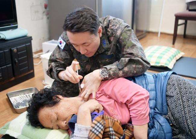 육군2군수지원여단 봉사단원들이 강원도 춘천 노인복지시설 '위로의 집'을 찾아 난방 기구 점검 및 보수 등의 봉사활동을 하고 있다(왼쪽 사진). 공군18전투비행단 한방과 의료진이 14일 부대 인근 마을회관을 찾아 주민들에게 한방 진료를 하고 있다. 부대 제공