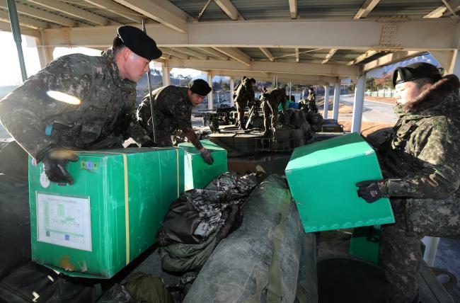 육군102기갑여단 풍호대대 장병들이 전투준비태세 훈련 중 개인 군장 및 식량 등 출동물자를 K1E1전차에 적재하고 있다. 사진=양동욱 기자