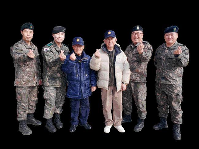 20일 육군51사단 진격대대 간부들이 6·25참전유공자 노재신 옹의 자택에 방문해 위문품을 전달한 뒤 기념사진을 찍고 있다.    사진 제공=박균태 중위(진)