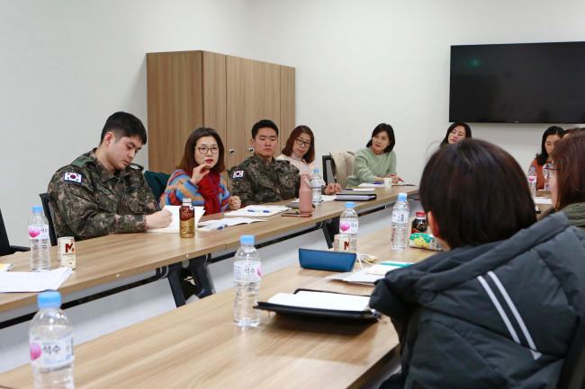 20일부터 21일까지 육군이 개최한 생명존중문화 대토론회에서 야전부대 간부전담상담관과 장병들이 자발적 간부 상담문화 조성에 대해 열띤 토의를 하고 있다.  육군 제공