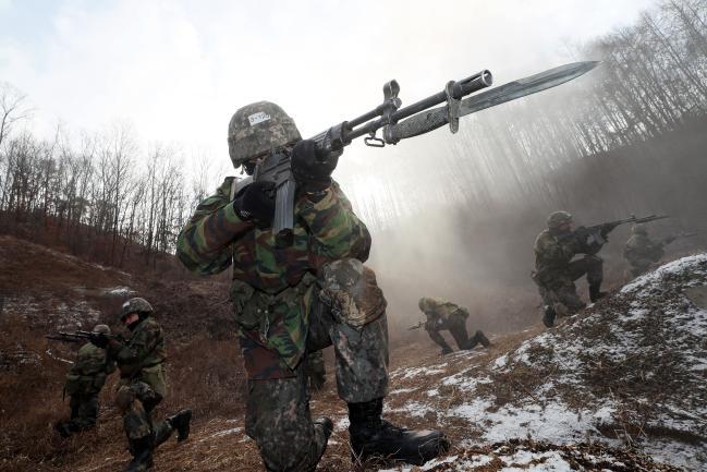 20일 충북 괴산군 육군학생군사학교 각개전투교장에서 동계 기초군사훈련 중인 2학년 학군사관후보생(ROTC)들이 기본 전투기술을 숙달하고 있다. 육군 장교의 93% 이상을 양성하는 학군교는 지난해 12월 30일부터 오는 2월까지 2학년 학군사관후보생 4000여 명을 대상으로 각각 4주간 동계 기초군사훈련을 진행하고 있다.  한재호 기자