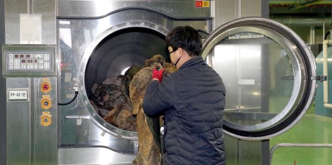 훈련에 이용한 군복들을 세탁기를 이용해 깨끗하게 세탁하고 있다.사진=조종원 기자