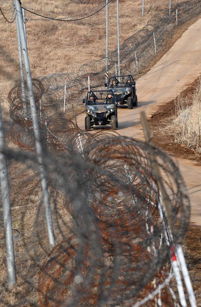 강원 철원군 일대 육군5사단 통일대대 GOP경계 장병들이 산악용 바이크를 활용해 보급로로 기동하고 있다.