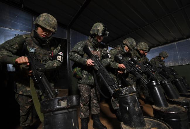 GOP경계 장병들이 야간 철책점검에 앞서 군장검사를 하고 있다.