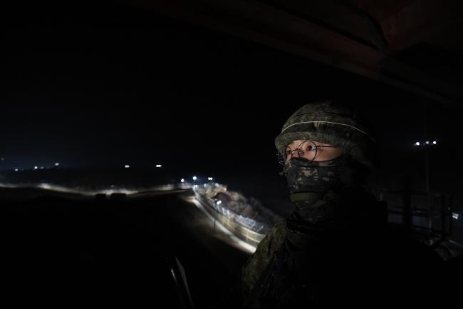 GOP경계병이 백마고지 일대 고가초소에서 야간 경계 근무를 서고 있다.