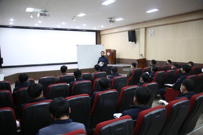 육군1군수지원사령부 박병성 군무주무관이 부대 간부 및 군무원들을 대상으로 린 6시그마 인증평가 컨설팅 교육을 하고 있다.  부대 제공