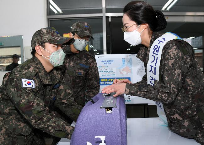 공군10전투비행단 항공의무대대가 지난 11일과 12일 '올바른 손 씻기' 캠페인을 진행한 가운데 장병들이 뷰박스를 이용해 잔여 형광물질을 확인하고 있다.  사진 제공=오규민 원사