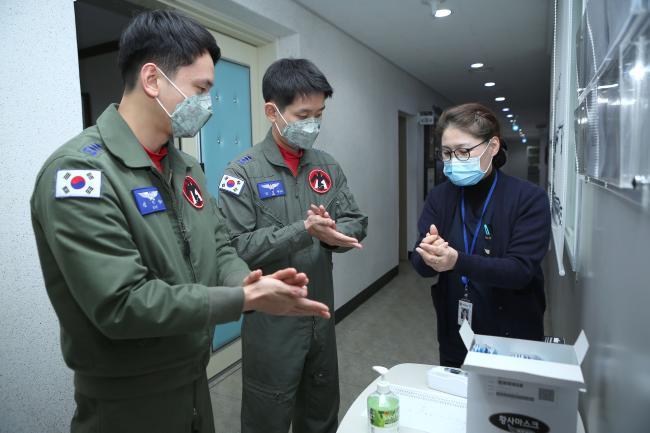 공군19전투비행단 소속 전투조종사가 의무요원으로부터 올바른 손 씻기 방법을 교육받고 있다.  사진 제공=한범희 상사