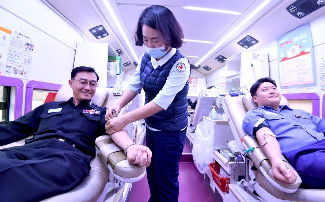 13일 계룡대 해군본부 앞에 마련된 헌혈 차에서 최기영(왼쪽) 대령을 비롯한 해군 장병들이 헌혈하고 있다.  해군 제공