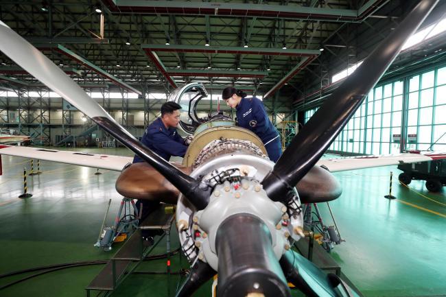 기본과정 조종사들의 비행교육에는 KT-1 국산 항공기가 사용된다. 주기검사 정비반 정비사들이 조종사들의 안전하고 완벽한 비행교육을 위해 굵은 땀방울을 흘리고 있다.