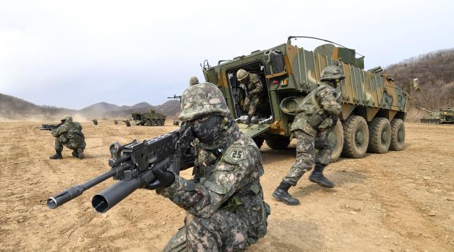 육군지상작전사령부 예하 25사단의 K808 차륜형장갑차를 활용한 전술훈련 모습. 올해 사단 예하 1개 대대가 과학화전투훈련단(KCTC)에서 전투실험을 통해 육군의 미래형 전투체계 구축에 핵심적인 역할을 한다. 조용학 기자