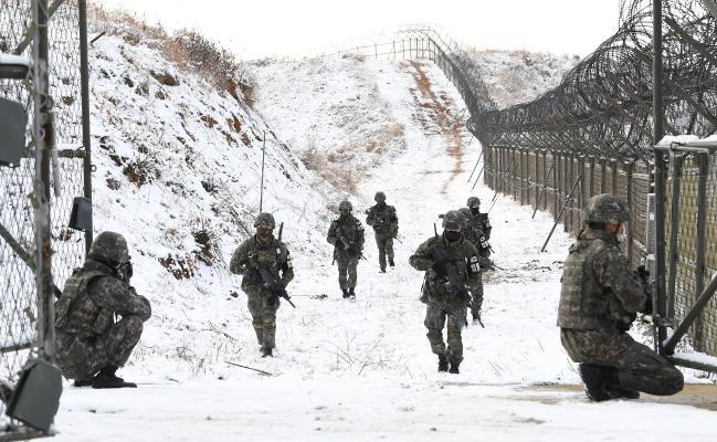 전국적으로 많은 눈이 내렸던 서부전선 비무장지대(DMZ)에서 육군25사단 수색대대 대원들이 DMZ 내부 수색작전을 마친 뒤 남방한계선 철책 통문을 향해 걸어오고 있다. 제설작전을 할 수 없는 DMZ 내부의 눈밭을 헤치기 위해 대원들의 발에는 아이젠이 채워져 있다.