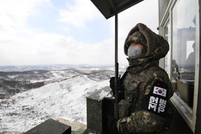 남방한계선 철책선 상의 한 고가초소에서 상승대대 GOP 장병이 방한복을 착용하고 경계 근무를 서고 있다.