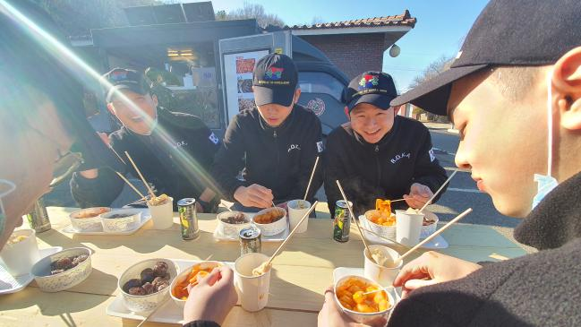 푸드트럭 음식을 맛있게 즐기고 있는 육군수도군단 예하 통신단 장병들. 부대 제공