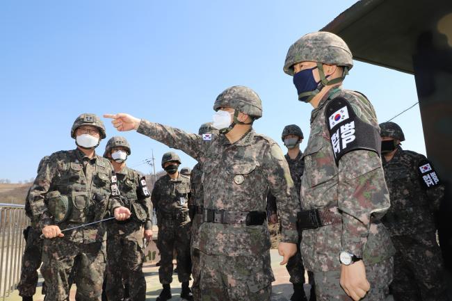 박한기(앞줄 가운데) 합참의장이 24일 육군 최전방 부대에서 군사대비태세를 점검하고 있다.   합참 제공