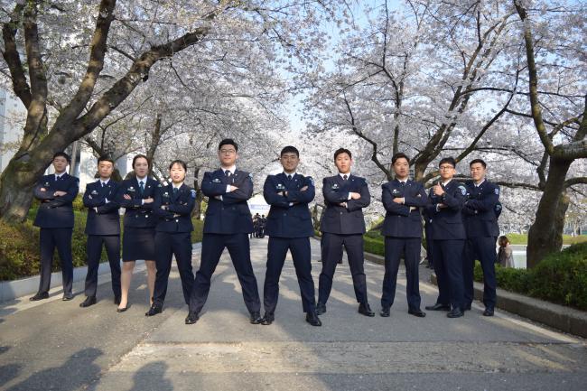 원광대학교 128학군단 후보생들이 지난해 봄, 벚꽃이 만발한 교내 수덕호 옆길에서 당당한 포즈로 단체사진을 찍고 있다.  원광대 학군단 제공