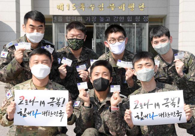 공군15특수임무비행단 장병들이 최근 부대에서 진행한 헌혈증 기부 행사에 참여해 코로나19 극복을 기원하고 있다.   사진 제공=김샛별 중사
