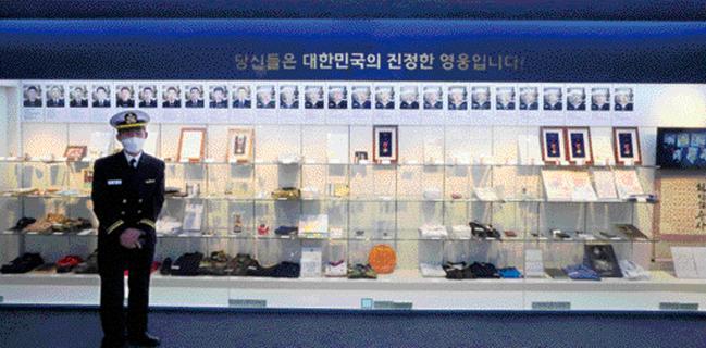 해군2함대 천안함기념관 유품전시실에는 천안함 46용사의 사진과 함께 그들이 착용했던 군복, 시계, 안경 등이 전시돼 있다.