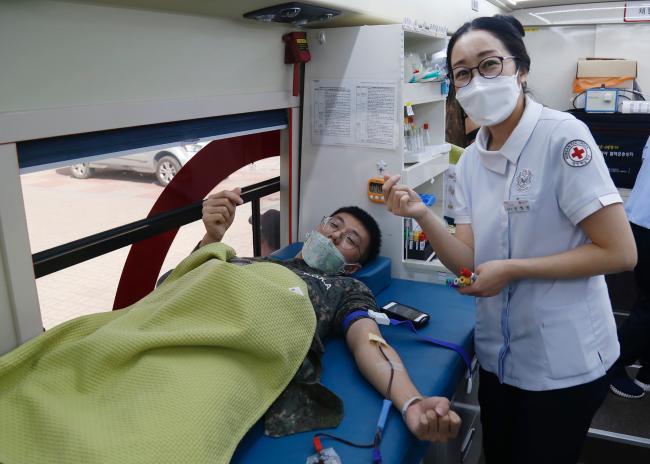 혈액 공급에 힘을 보태기 위해 육군55사단 이현종 상병이 사랑의 헌혈에 동참하고 있다.     부대 제공