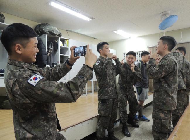 육군25사단 왕포포병대대가 최근 개최한 '아무노래 챌린지' 행사에서 간부 스마트폰으로 장병들의 모습을 촬영하고 있다.  부대 제공