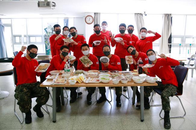 육군39사단 포병대대 용사들이 최근 지역경제 활성화를 위한 'I LOVE 경남 DAY'를 맞아 부대 인근 식당에서 주문한 배달음식을 들어 보이며 기념사진을 찍고 있다.  사진 제공=이경준 중사
