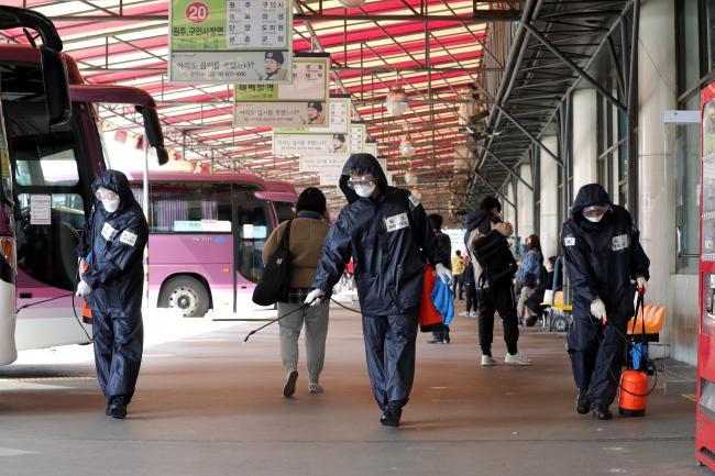 지난달 20일 서울 광진구 동서울종합터미널에서 육군56사단 비룡부대 예비군 동대장들이 소독 장비를 이용해 코로나19 확산에 대비한 방역활동을 하고 있다.  조종원 기자