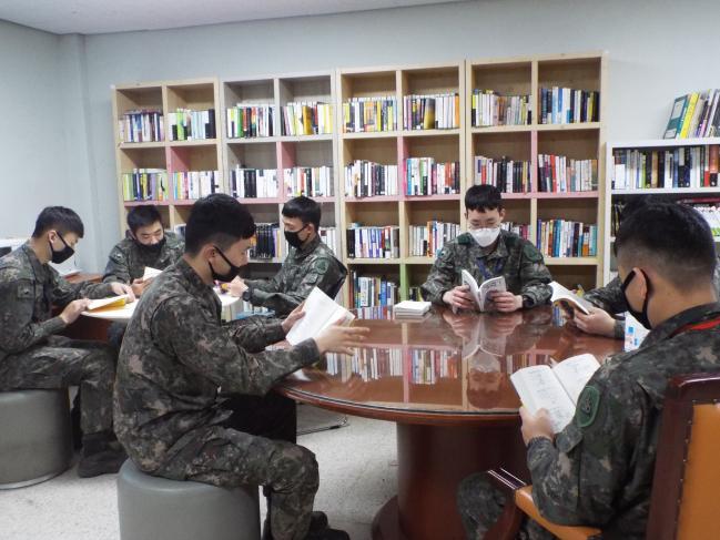 육군56사단 삼각산연대 장병들이 자투리 시간에 책을 읽으며 휴식을 취하고 있다.  부대 제공