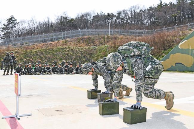 해병대6여단이 장병들의 코로나 블루 극복을 위해 교육훈련을 강화하고 있다. 사진은 여단 장병들이 영내훈련교장에서 동료들의 응원을 받으며 '해병대 4대 핵심과제'를 숙달하는 모습.   부대 제공