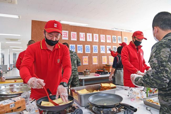 코로나 블루 극복을 위해 열린 '샌드위치 데이'에 참여한 해병대6여단 선봉대대 장병들이 부대 식당에서 샌드위치를 만들고 있다.   부대 제공