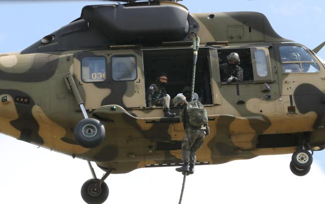 장병들이 수리온 헬기에서 급속 헬기 로프 하강 훈련을 하고 있는 모습.