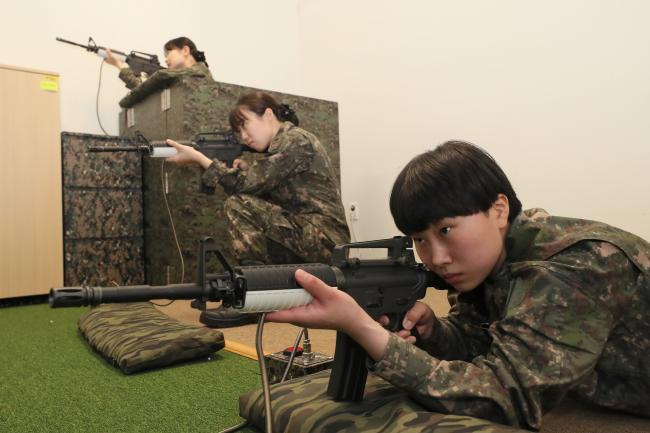이화여대 학군단 내 설치된 사격술예비훈련장에서 후보생들이 개인화기 사격술 훈련을 하고 있다. 사진=한재호 기자
