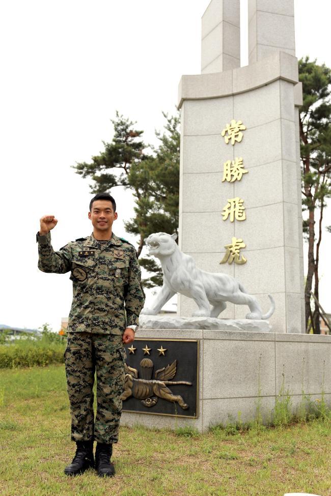 황준홍 소령이 국가방위 임무 완수 의지를 다지며 기념사진을 찍고 있다.
