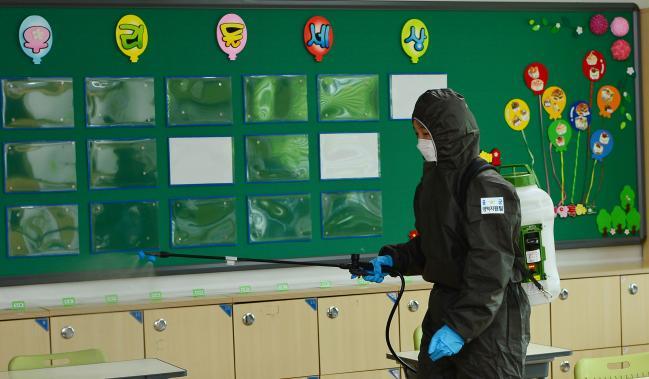 공군8전투비행단 방역 지원 장병은 부대 인근 둔둔초등학교에서 코로나19 방역지원을 하고 있다.  부대 제공