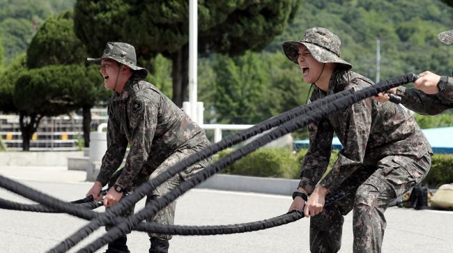 부대 장병들이 근력과 심폐지구력 향상을 위한 배틀로프 운동을 하고 있다.
