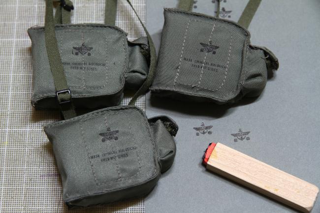 ▶ 방독면에 군용마크 도장을 찍어서 무늬만 군용으로 표현.