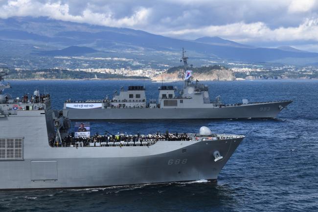 이지스 구축함 3번함 서애류성룡함(위)이 2018년 제주 남방 해상에서 펼쳐진 대한민국 해군 국제관함식에서 신형 상륙함 일출봉함과 기동하고 있다.  조용학 기자