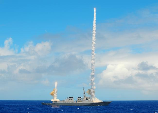 우리 해군의 이지스 구축함 시대를 열어 젖힌 세종대왕함이 2016년 환태평양훈련에서 다중 위협에 대응해 이지스 전투체계의 자동교전 모드로 SM2 함대공 유도탄 두 발을 동시에 발사하고 있다. 해군 제공