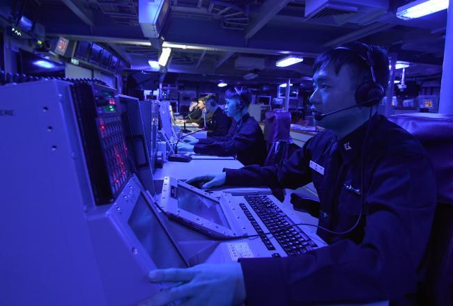 세종대왕함 전탐부사관들이 전투지휘상황실(CCC)에서 임무를 수행하고 있다. 전탐사는 레이더·전투체계장비 등을 운용하는 부사관이다.  양동욱 기자