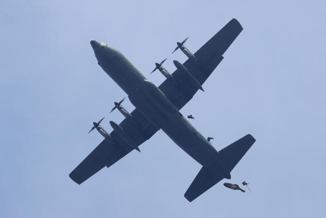 공중생환훈련이 열린 9일 청주시 일대 한 착륙지점에서 공군사관학교 3,4학년 생도들이 C-130 수송기를 이용해 공중강하훈련을 하고 있다.