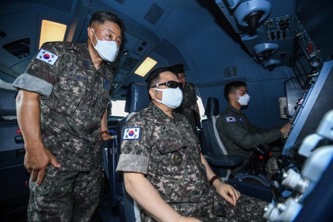 21일 공군5공중기동비행단을 방문한 박한기(왼쪽 둘째) 합참의장이 직접 공중급유기에 탑승해 급유통제사용 3D 안경을 착용하고 장비를 확인·점검하고 있다.  합참 제공