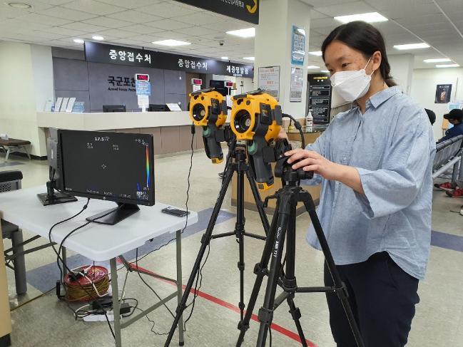 국군의무사령부 의무군수처 의공과 관계자가 국군포천병원에서 적외선 열화상카메라를 점검하고 있다.